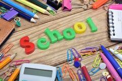 Mot d'école et outils de bureau photographie stock