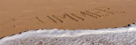 Mot d'été écrit dans la plage Photographie stock libre de droits