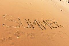Mot d'été écrit dans la plage Photo stock