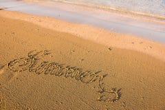 Mot d'été écrit en sable Photos stock