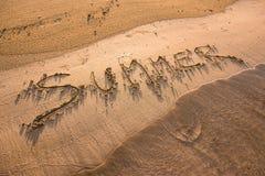 Mot d'été écrit en sable Photographie stock