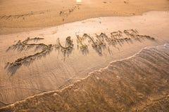 Mot d'été écrit en sable Images libres de droits
