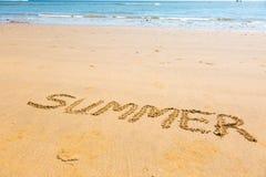 Mot d'été écrit sur le sable Photographie stock