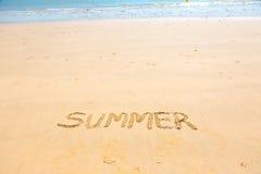 Mot d'été écrit sur le sable Image libre de droits