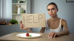 Mot d'aide écrit par la fille anorexique déprimée, corps affamé, trouble de la nutrition photos stock