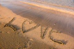 Mot d'amour écrit en sable Images stock