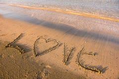 Mot d'amour écrit en sable Images libres de droits