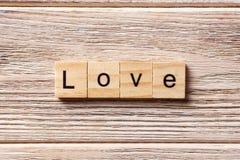 Mot d'amour écrit sur le bloc en bois texte d'amour sur la table, concept Image stock
