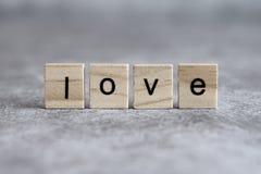 Mot d'amour écrit sur le cube en bois Images libres de droits