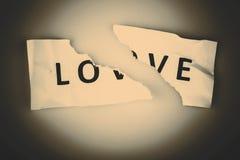 Mot d'amour écrit sur le papier déchiré Photographie stock