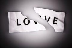 Mot d'amour écrit sur le papier déchiré Photo stock