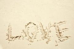 Mot d'amour écrit sur le sable Image libre de droits