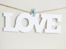 Mot d'amour accrochant avec la corde Images stock