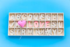 Mot d'amour dans la boîte en bois d'alphabet Image libre de droits