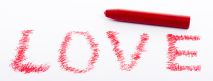 Mot d'amour dessiné par crayon avec la couleur rouge Photographie stock