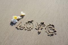 Mot d'amour dessus sur la plage Image stock