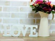 mot d'amour en bois avec la décoration de fleurs artificielles Photos libres de droits
