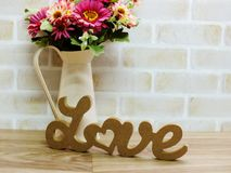mot d'amour en bois avec la décoration de fleurs artificielles Image stock