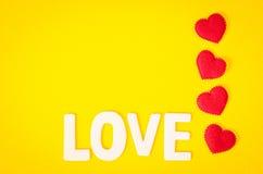 Mot d'amour et coeur rouge Photographie stock libre de droits
