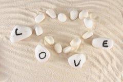 Mot d'amour et forme de coeur Image stock