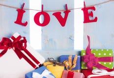Mot d'amour et présents colorés Photos libres de droits