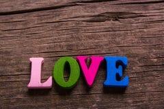 Mot d'amour fait de lettres en bois Images stock