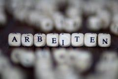 Mot d'ARBEITEN avec des blocs concept de matrices de direction d'affaires du travail Photographie stock