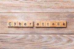 Mot d'attaque de Cyber écrit sur le bloc en bois Texte d'attaque de Cyber sur la table en bois pour votre desing, concept images libres de droits