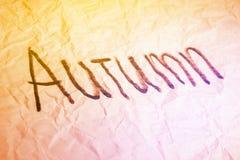 Mot d'automne fabriqué à la main sur la texture de papier chiffonnée image libre de droits