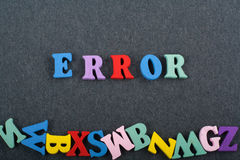 Mot d'ERREUR sur le fond noir de conseil composé des lettres en bois d'ABC de bloc coloré d'alphabet, l'espace de copie pour le t Photo stock
