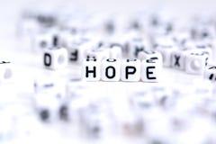 Mot d'espoir fait à partir des blocs en plastique d'alphabet, supports à l'arrière-plan blanc Photographie stock libre de droits