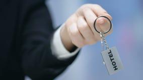 Mot d'hôtel sur le keychain dans la main femelle d'administrateur, substance amicale, service banque de vidéos