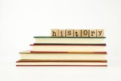 Mot d'histoire sur des timbres et des livres en bois Images stock