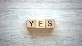 Mot d'oui fait de cubes en bois, motivation pour être sincère et aimable, psychologie photo stock