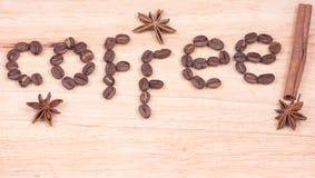 Mot de café écrit avec les haricots et la cannelle Photo libre de droits