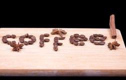 Mot de café écrit avec les haricots et la cannelle et l'anis Photo stock