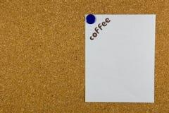 mot de café fait à partir des grains de café sur le livre blanc Images stock