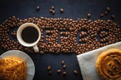 Mot de café fait par des grains de café avec la pâtisserie et la tasse de café Photographie stock libre de droits