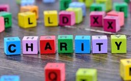 Mot de charité sur la table photos stock