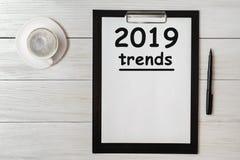 Mot 2019 de concept de TENDANCES sur le comprimé Tend 2019 du concept d'affaires pendant la nouvelle année images stock