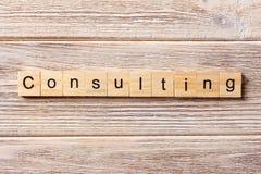 Mot de consultation écrit sur le bloc en bois Texte de consultation sur la table, concept image libre de droits