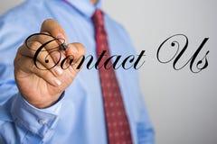 Mot de contactez-nous d'écriture d'homme d'affaires sur l'écran virtuel Image libre de droits