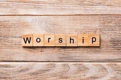 Mot de culte écrit sur le bloc en bois Adorez le texte sur la table en bois pour votre desing, concept photographie stock libre de droits