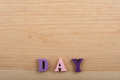 Mot de JOUR sur le fond en bois composé des lettres en bois d'ABC de bloc coloré d'alphabet, l'espace de copie pour le texte d'an Photographie stock libre de droits