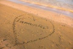 Mot de la Thaïlande écrit à l'intérieur d'un coeur en sable Image libre de droits
