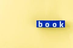 Mot de livre fait à partir des cubes bleus Photographie stock