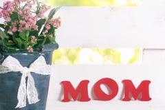 Mot de maman et un pot de fleur Photographie stock libre de droits