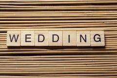 Mot de MARIAGE écrit sur le bloc en bois au fond en bois Photographie stock
