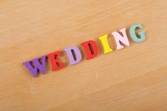 Mot de MARIAGE sur le fond en bois composé des lettres en bois d'ABC de bloc coloré d'alphabet, l'espace de copie pour le texte d Photo stock