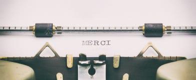Mot de Merci en majuscules sur une feuille de machine à écrire photo libre de droits